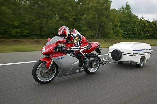 Двухколесный прицеп выступающий за габариты мотоцикла